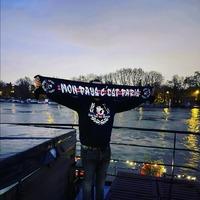 En bords de Seine et pendant cette période si difficile pour tous, la devise parisienne n'a jamais été aussi vraie : Battu par les flots mais ne sombre pas ! Ici c'est Paris ! 🔴🔵👊 . Merci Lenny pour la photo avec le Hoodie et l'écharpe FNM, toujours dispo sur www.lutecity.com au passage 😜😉 . #psg #Paris #parissg #fluctuat #Ultras #supporters #paname #allezparis #icicestparis #parisestmagique