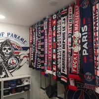 Nouveau mur d'écharpes dans la deuxième partie du magasin réservée aux soirs de matches ! En espérant vous revoir tous très bientôt au Parc après plus d'un an sans supporters ! 🔴🔵🤞#psg #teampsg #supporters #Paris #parissg #paname #parcdesprinces